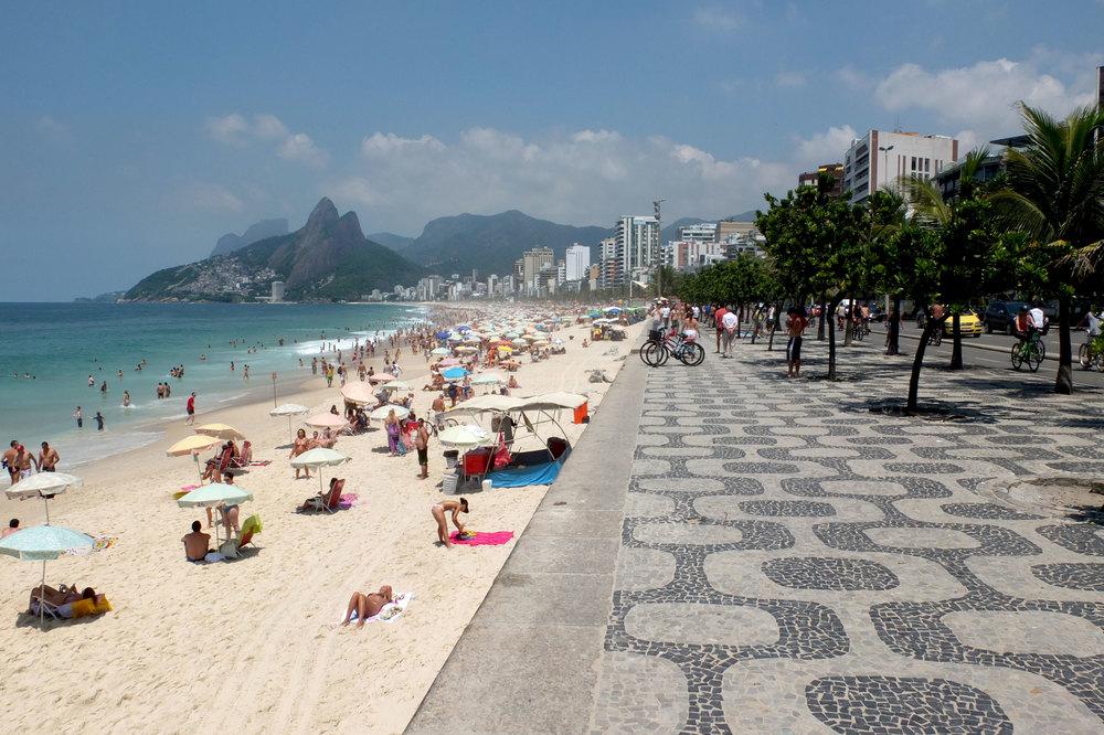 Das bekannte Muster der Strandpromenade Ipanemas wurde von Roberto Burle Marx entworfen.