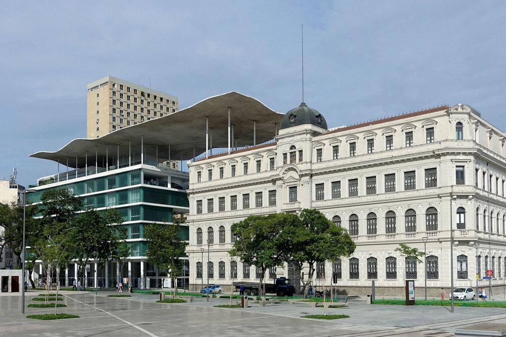Für das Kunstmuseum Rio de Janeiro MAR wurden zwei bestehende Gebäude renoviert und mit einem wellenförmigen Dach verbunden.