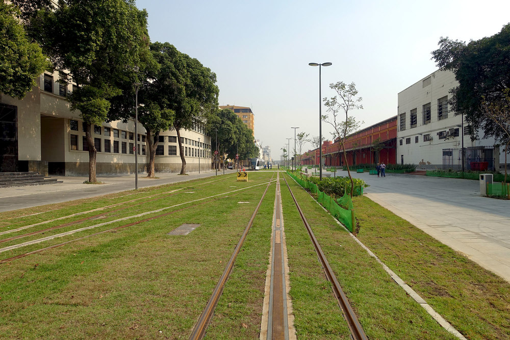 The former path of the high line became avenue for pedestrians and electric tramway