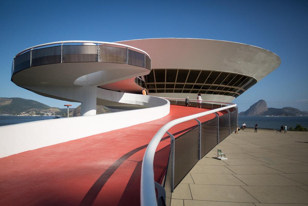Niemeyers ikonisches Museum für zeitgenössische Kunst hebt fast ab über einem Felsen in der Bucht Niterois.