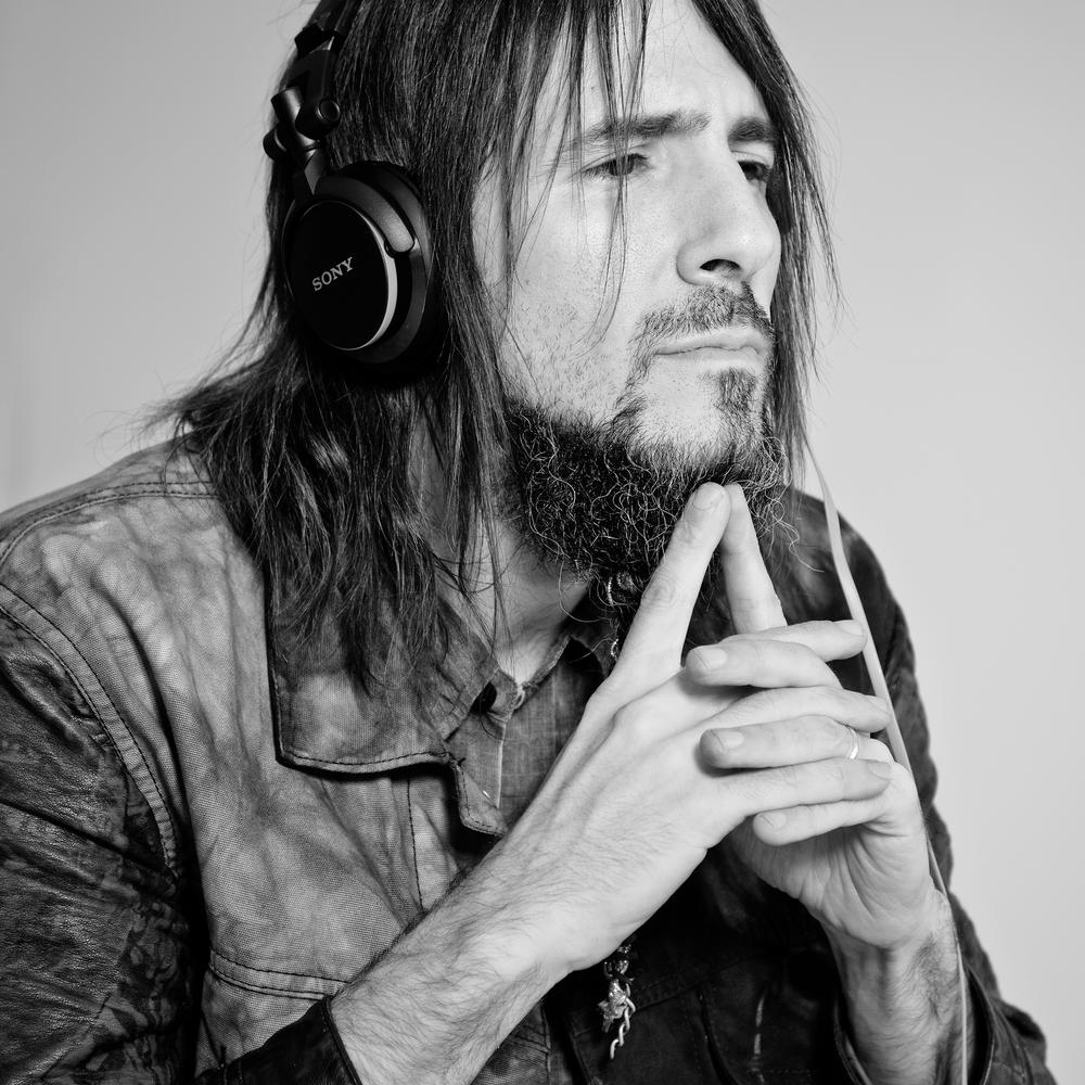 "Ron ""Bumblefoot"" Thal Guns N Roses Guitarist. Song: Shadow Time: 00:2:27:12"