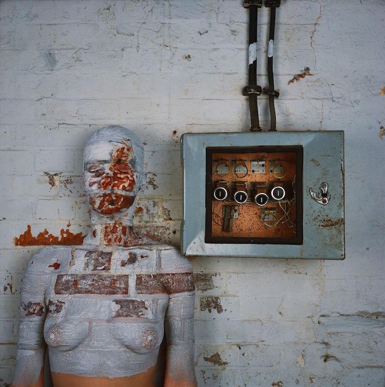 Vera Lehndorff und Holger Trülzsch,Oxydation : Aufgeschlagenes Mauerstück neben Elektrokasten, 40 x 40,5 cm, Dye transfer Print, Ed.29, Hamburg- Altona, 1978