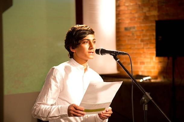 © Gudrun Senger Kahel Kaschmiri ist aus Ghazni in Afghanistan, wo die Taliban die Region stark infiltriert haben. Kaschmiri überträgt seine Fluchterfahrungen nun in Gedichten auf eine Berliner Bühne.