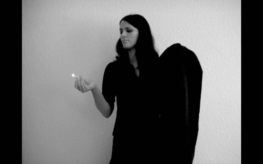 Anahita Razmi, How Your Veil Can Help You In Case Of An Emergency (Lessons 1-8), 2004, Video, Dimensionen variabel, Copyright die Künstlerin, Courtesy Carbon12