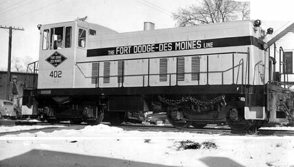 FDDM&S diesel engine 402 rolling through Des Moines. Photo circa 1950's.