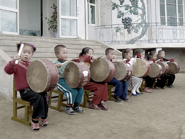 799px-Drumming_children.jpg