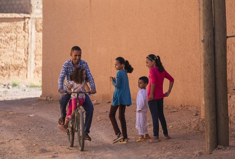 Nkob (Marocco)   [❍] ⇢ 200mm, F4, 1/400 sec, ISO 100, No filter  Tijdens een wandeling door het kleine plaatsje Nkob. Kwam deze man met zijn dochtertje (neem ik aan) mijn richting op fietsen. Snel schoot ik een aantal foto's waarvan deze met de tegemoet lopende kinderen het leukste is.