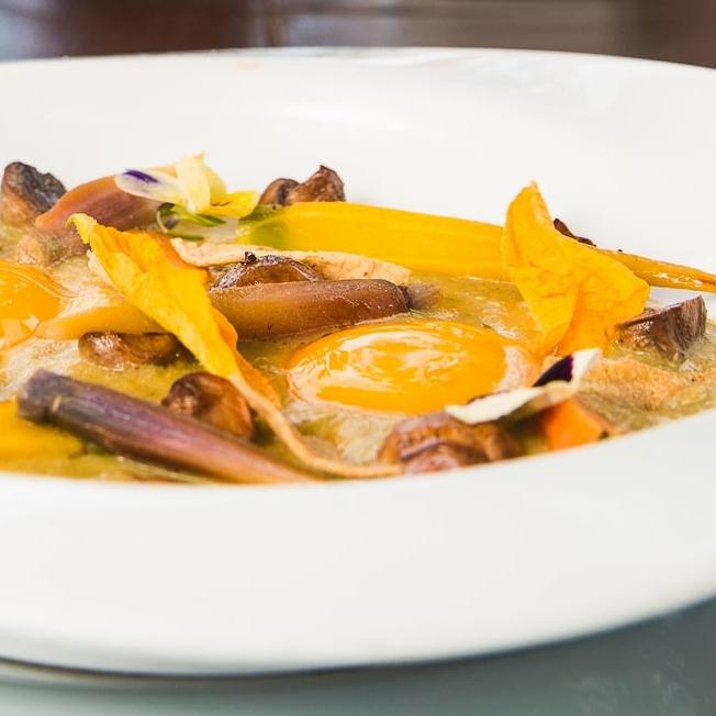 EL ORGÁNICO - Huevos estrellados en pipian con pápalo, zanahoria de rabo,hongos de temporada, queso añejo y pétalos de flor de calabaza