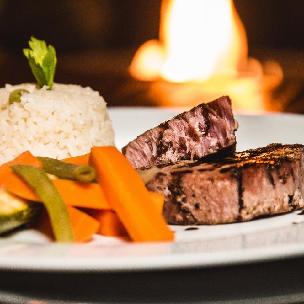 ATÚN SELLADO - Con reducción de vinagre balsámico, arroz y verduras al vapor.