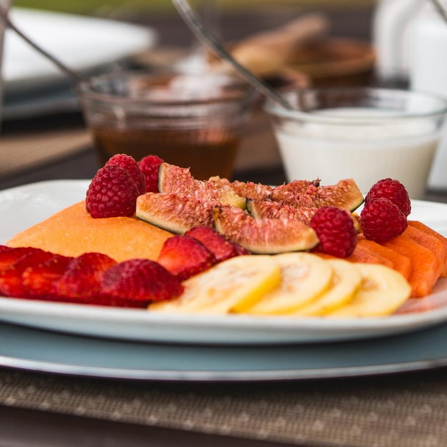 FRUTAS DE TEMPORADA - Acompañada de sopa fría de frutos rojos y crema dulce.