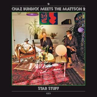 3. CHAZ BUNDICK MEETS THE MATTSON 2 - STAR STUFF  'Dit soort muziek maken ze tegenwoordig niet meer'. Dat hoor ik vaak de oude generatie zeggen. Meestal zijn het overigens mensen die zich niet zo met tegenwoordig bezig houden. Toch past dit best wel bij mijn gevoel voor dit album. Of het je stijl is is de vraag, maar het is iets unieks wat je gehoord moet hebben!!!  Aan de ene kant van deze samenwerking hebben we de tweelingbroertjes The Mattson 2 die zorgen voor een psych-jazz vibe. Aan de andere kant staat frontman van Toro Y Moi, Chaz Bundick die met zijn unieke stem het geluid mierzoet maakt. Deze twee samen maken het album tot dubbelvla.  Klinkt als: Drugdealer, Khruangbin, Jacco Gardner of een lekker stuk brood met goede pindakaas  Luister: JBS