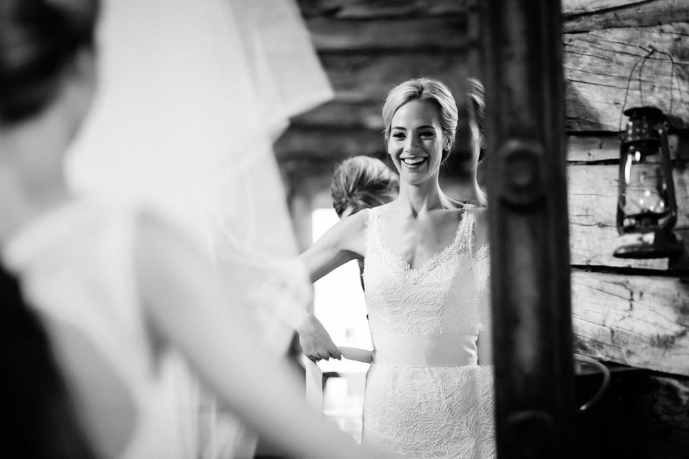 Bride getting ready for her wedding in Gorrono Saloon / Cat Mayer Studio