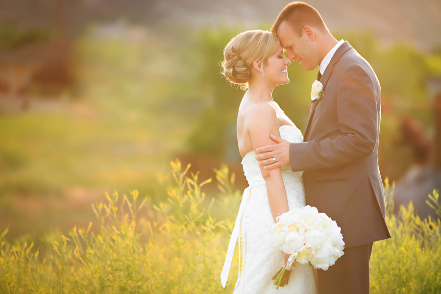 Bride and groom at sunset | Grand Junction wedding | Photography by Cat Mayer Studio  | www.catmayerstudio.com