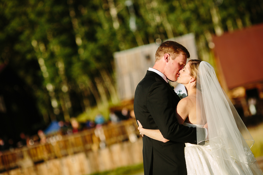Bride and Groom Kiss in Telluride Colorado | Photography by Cat Mayer Studio | www.catmayerstudio.com
