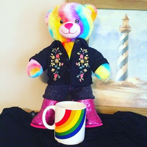 Meet this beautiful Rainbow bear inspired by our very own @harrystyles in the 'Drag Me Down' video. With a gorgeous floral patterned shirt and a lovely rainbow mug, this bear is up for auction now!! Check out our Tumblr or Twitter for all the links.