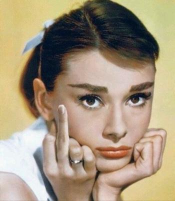 Femme doigt d'honneur.jpg