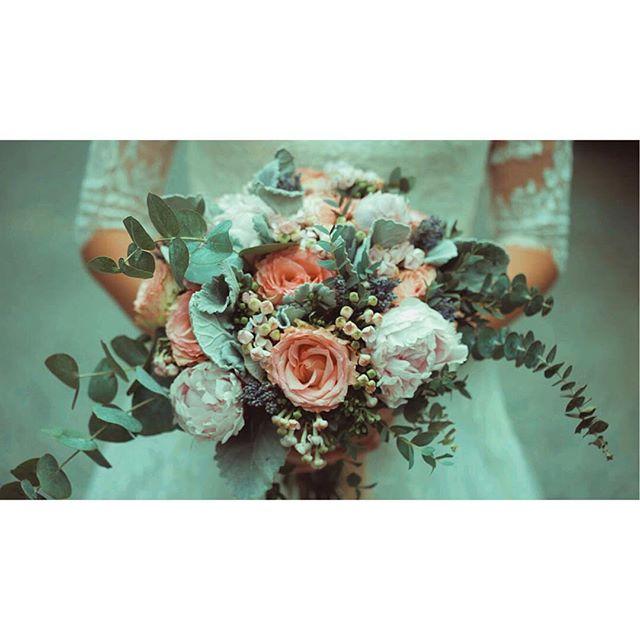 These colors... 😍👌🏻♥️ . . #realweddings #weddingfilm #weddingfilmmaker  #gettingmarried #weddingday #thehenryhotel #thehenryhotelmanila #thebride #bouguet #framegrab #itheewedbyfuguwi #manilaweddings