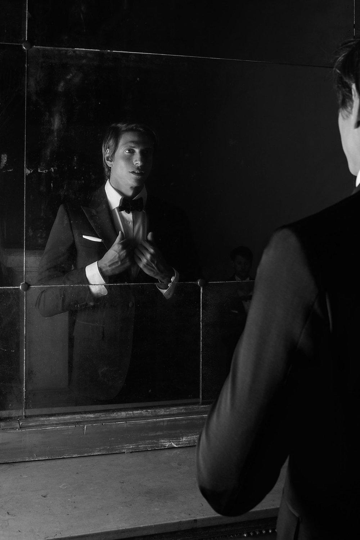 smoking  ‹ ∫  mòki  ṅ  ġ › s. m. – Pseudo-anglicismo, formatosi per ellissi della locuz. ingl.  smoking jacket  ‹ smóuki  ṅ  ġ   ǧ  ä  ′  kit › «giacca da sera» (propriam. «da fumo, per fumare», sost. verbale di ( to )  smoke  «fumare»), con cui in Italia, come in altri Paesi (non però in Inghilterra, dove anche  smoking jacket  sembra abbia avuto un breve periodo d'uso per essere poi sostituito da  dinner jacket ) è chiamato un abito maschile di un certo tono, di solito di panno o di lana-seta neri (ma anche con giacca di altri colori) e risvolti diversi, da indossare in determinate occasioni. Nelle varietà colorate è indossato prevalentemente da presentatori di spettacoli, cantanti di musica leggera, e sim.