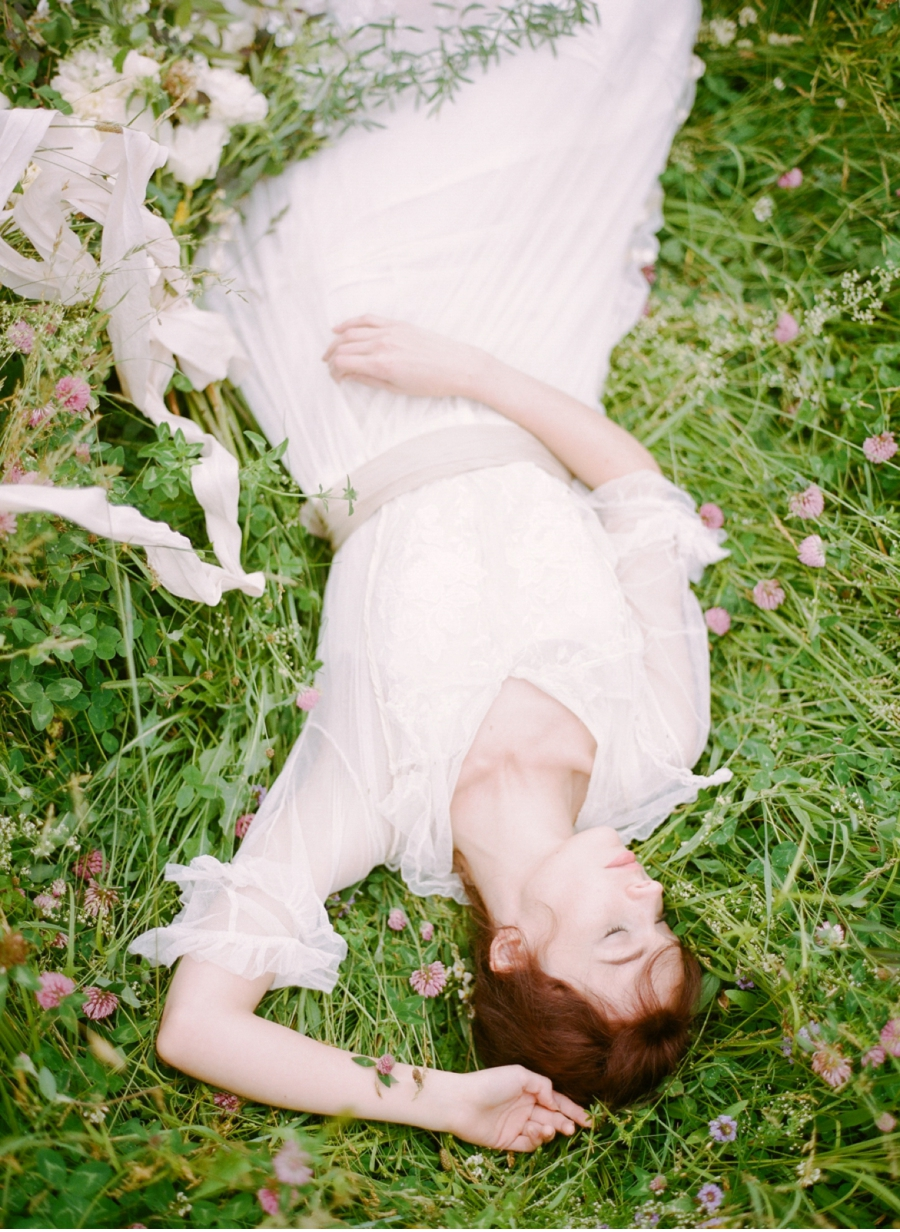 Bride-lying-in-a-meadow