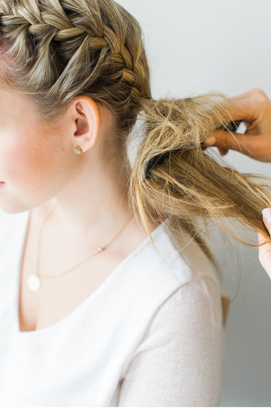 |STEP 4|Using a comb, backcomb your side ponytail to create tons of volume and texture.