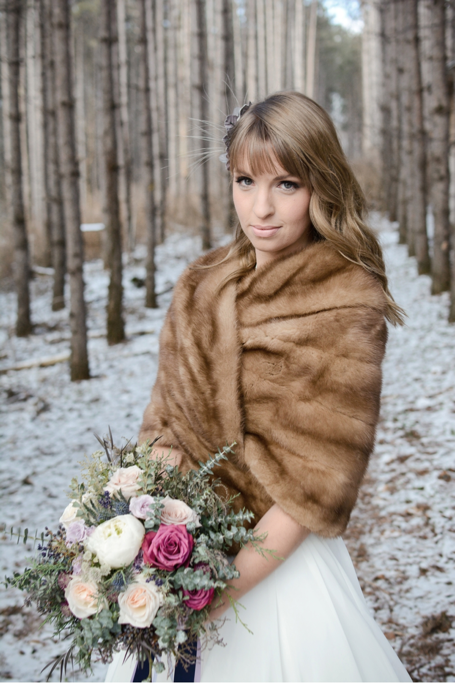 Bride-in-fur-stole-with-winter-bouquet