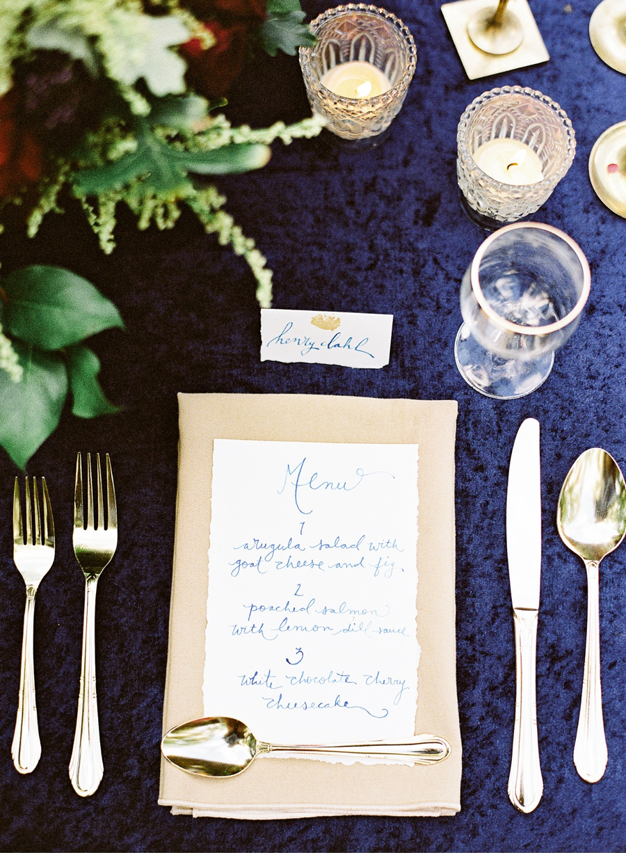 Dark-Blue-and-Gold-Tablescape