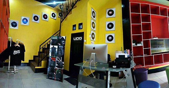 BEATJUNK RECORDS DJ COURSE & SHOP MAKASSAR  ADDRESS STUDIO & OFFICE JL. SINGA NO.41 MAKASSAR  Opening Hour : 10.00 - 18.00 WITA ( MONDAY - SATURDAY)  PROFESIONAL DJ & REMIXER •DJ/ARTIST/MC Party •EQUIPMENT •MOBILE DISCO •RENT CDJ & TURNTABLE  # TOP DJ Instruktur  # ALL GENRE  Nb: JOB/TRAINING/EVENT.  #Class Basic mixing ( Sertifikat )  48 x pertemuan private class (1 x pertemuan , 1 jam )  Biaya Rp.4.000.000 ─────────────── ──────── # Class Advance Mixing (Sertifikat )   16x Pertemuan private class (1x pertemuan,1 jam)   Biaya Rp 3.500.000 ─────────────── ──────── # Class Digital Controller (Sertifikat )   48x Pertemuan private class (1x pertemuan,1 jam)   Biaya Rp 3.500.000 ─────────────── ──────── # Class DJ Battle ( Sertifikat )   16x Pertemuan (1x pertemuan,1 jam)   Biaya Rp 4.000.000  ________________________________________________  Beatjunk Rental Studio & Dj Equipment STUDIO FOR RENT : *)STUDIO #1: RP.175.000 2PCS CDJ2000nexus2 1PCS DJM900Nexus2 1PCS STEREO SPEAKER    MINI LUXURIOUS ROOM   MINI 'CLUB' ROOM    'MINI 'STUDIO' ROOM    MINI 'DIGITAL' ROOM    MINI 'STYLISH' ROOM