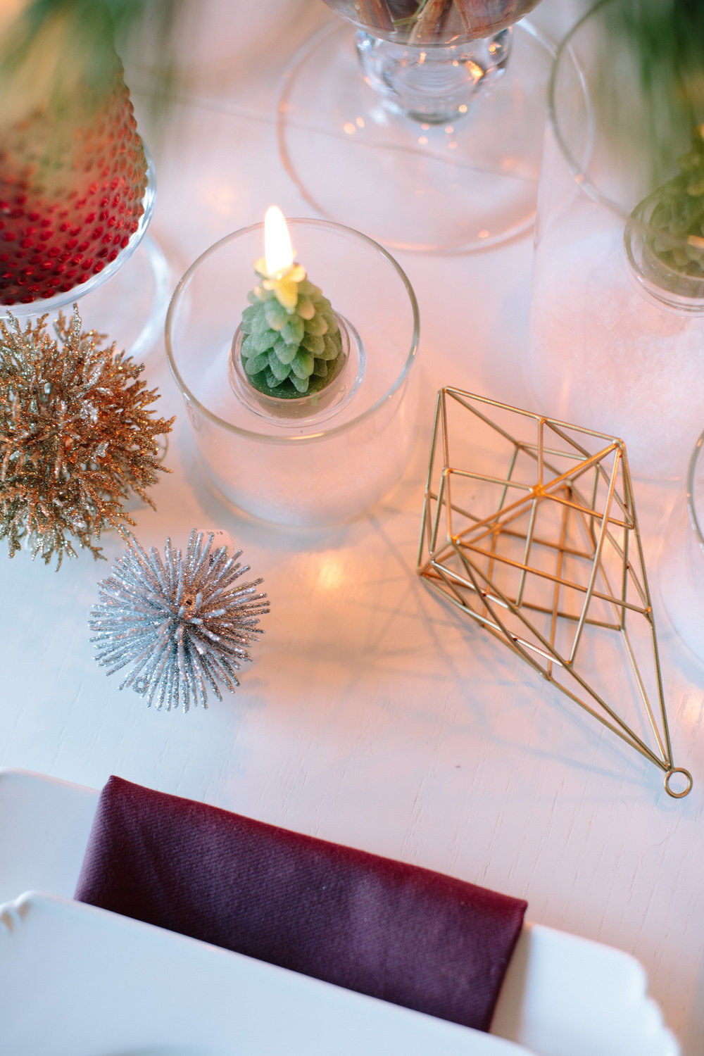 holiday entertaining guide for newlyweds, christmas decoration, holiday place setting, holiday tablescape, holiday centerpiece idea, christmas table decoration