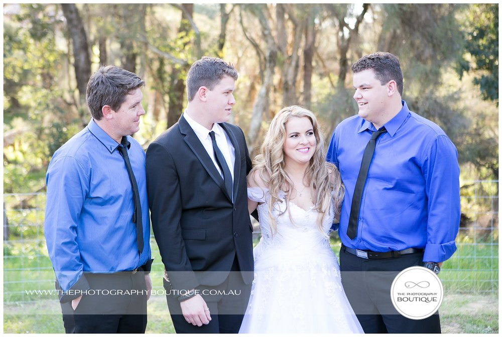 bride with her brothers at roelands backyard wedding