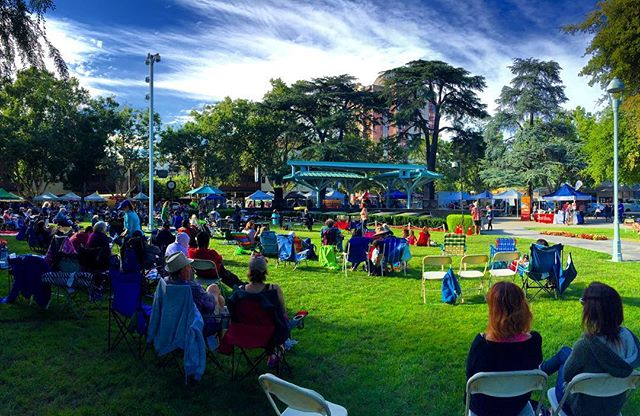 A beautiful evening at #TodosSantosPlaza 🌲 for the Music 🎤 and Market 🍒 series. —————————————————————— #cityofconcord #concord #concordca #concordcalifornia #california #californialiving #eastbay #bayarea #contracosta #contracostacounty #cococounty #concert #abc7now #sfgate #visitcalifornia