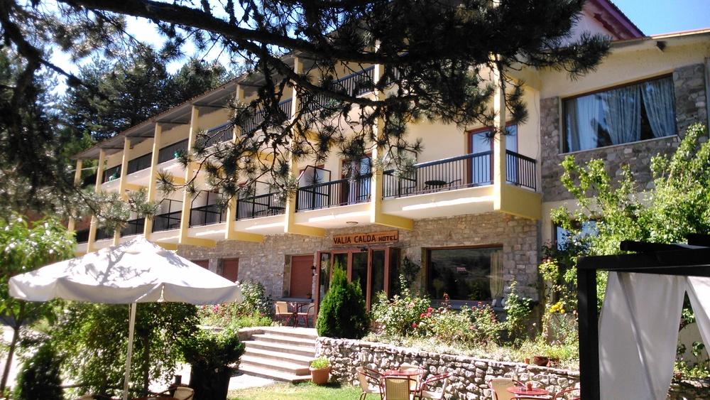 valiacalda_hotel_frontyard.jpg