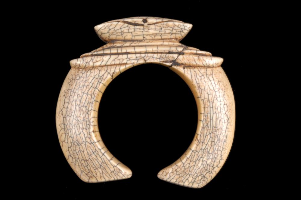 1. CAMEROUN. Bracelet d'apparat en ivoire, Bamoum. Fin XIXe siècle