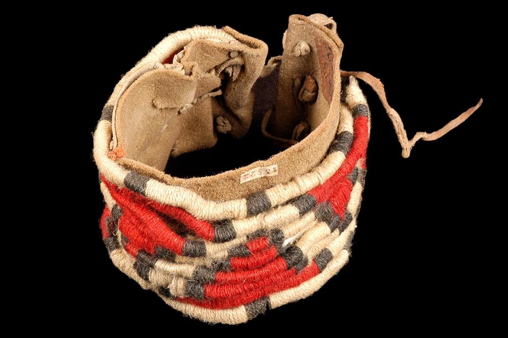 17. ETATS-UNIS. Bracelet en cuir et laine. Arizona, Pueblo. XIXe siècle