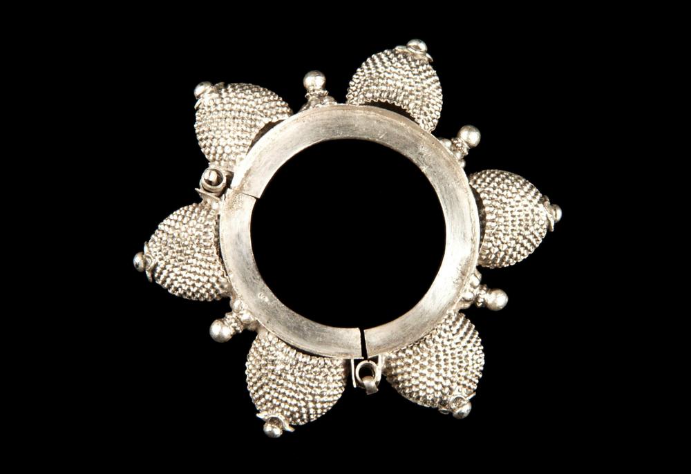8. INDE. Bracelet à charnière en argent, Rajasthan, Udaipur