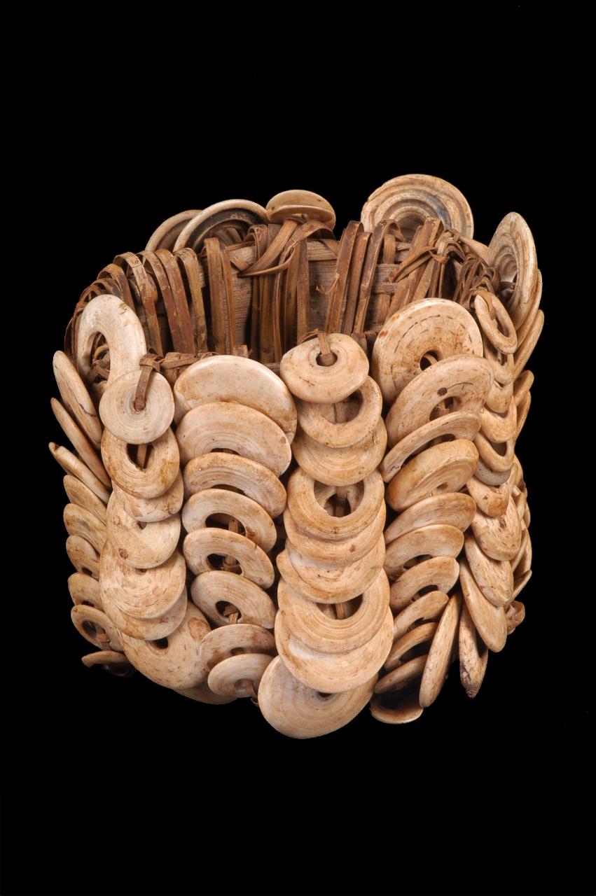 14. PAPOUASIE NOUVELLE-GUINÉE. Brassard. Disques de coquillage, armature de rotin. Latmul. XXe siècle