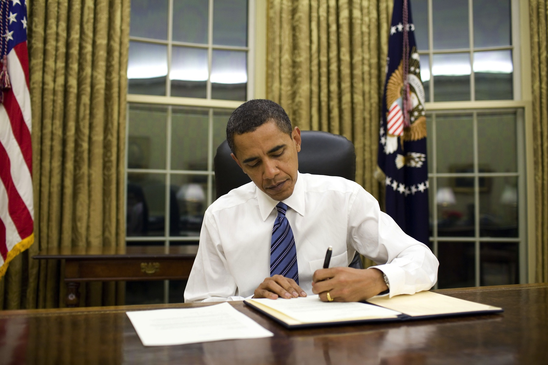 Barack_Obama_signs_veto