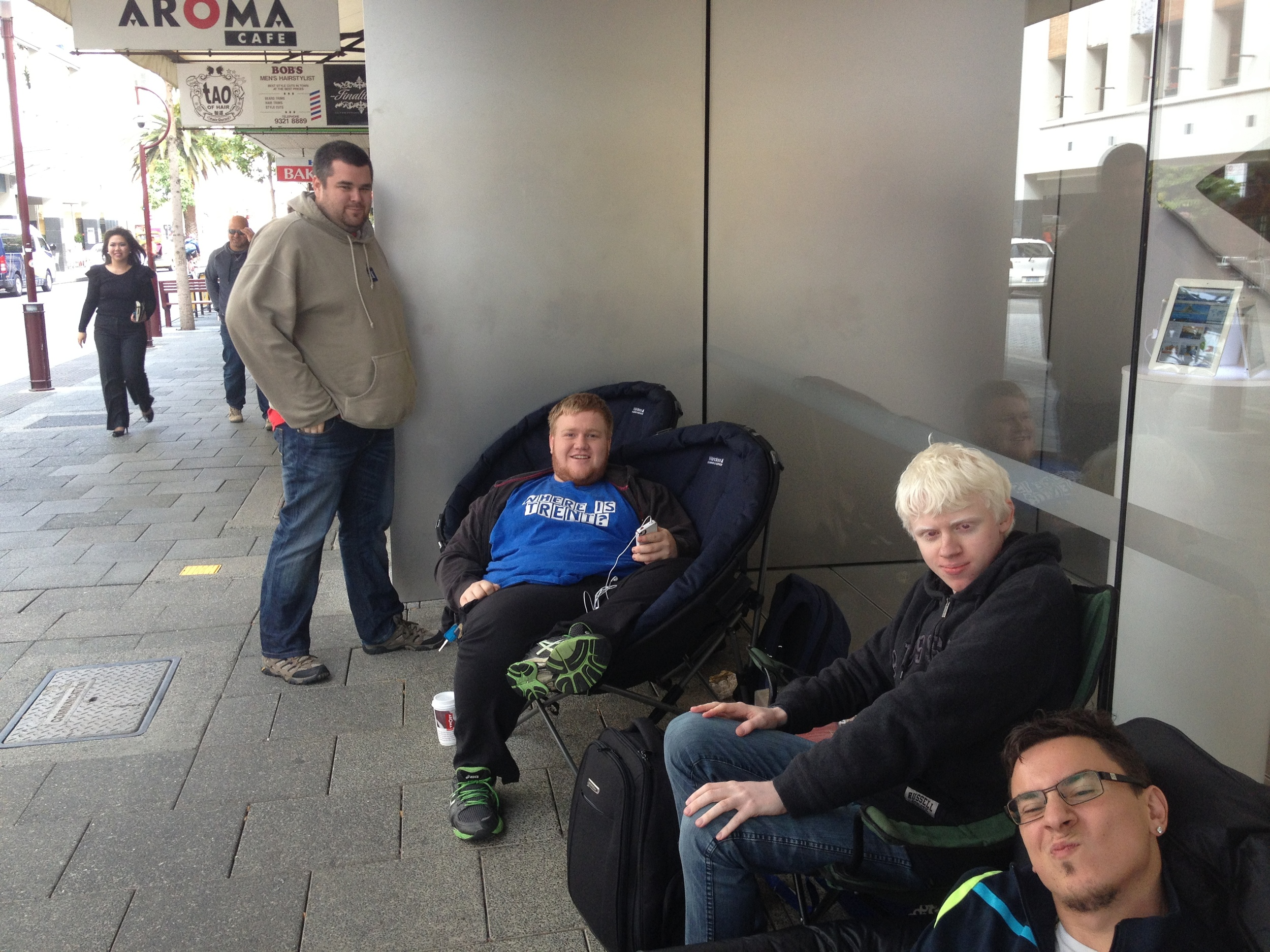 Lines form outside Apple Store Preth for IPhone 5