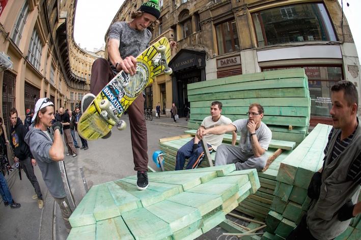 skateboarder-balazs-jassek-works-vodafone-highlight-monuments-landmarks-hungarys-capital-city-ROOMS-magazine.jpg