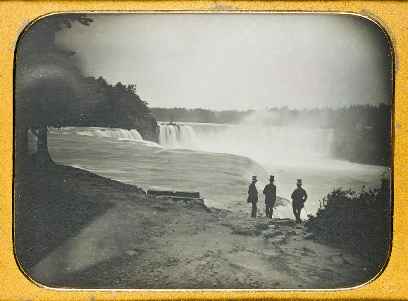 Part-of-The-Howarth-Loomes-Collection.-Whole-plate-daguerreotype-of-the-Niagara-Falls-with-three-men-in-top-hats-in-foreground,-stamped-in-corner-
