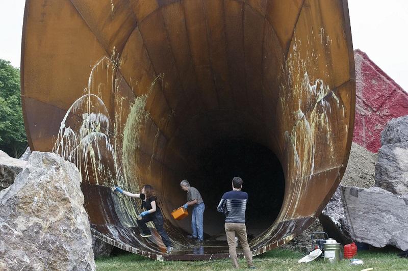 Chateau de Versailles workers cleaning up Kapoor's vandalised sculpture. AP Photo/Michel Euler