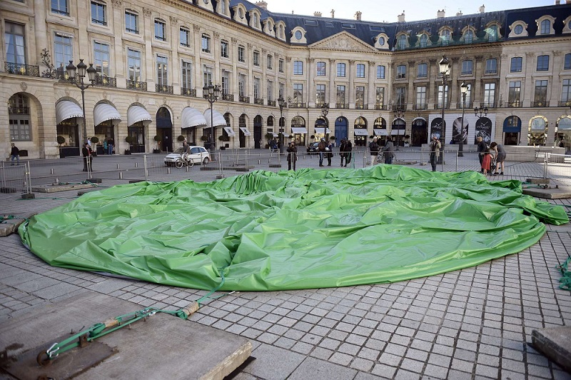Paul McCarthy's controversial piece lying deflated in a Parisian floor. Martin Bureau / AFP / Getty Images)