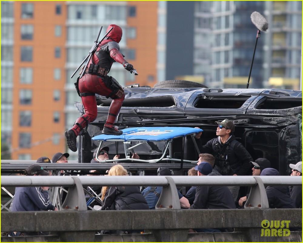 ryan-reynolds-full-deadpool-suit-gets-pictured-on-set-12.jpg