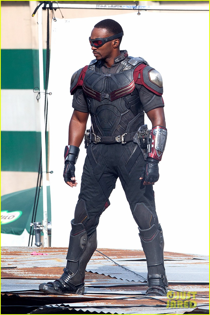 chris-evans-anthony-mackie-get-to-action-captain-america-civil-war-14.jpg