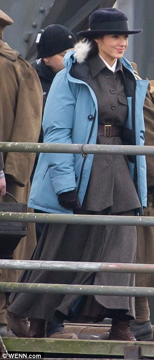 2EE8086B00000578-3338482-Finally_Gal_Gadot_30_and_Chris_Pine_35_were_both_spotted_filming-a-25_1448821097676.jpg