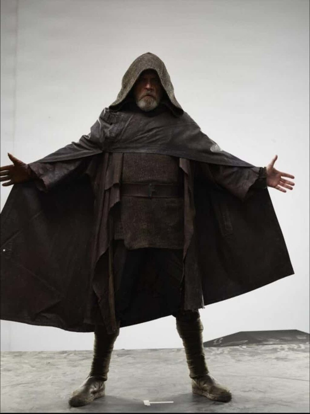 Star-Wars-The-Last-Jedi-Mark-Hammil-as-Luke-Skywalker-in-Brown-Robes-and-Hood.jpg