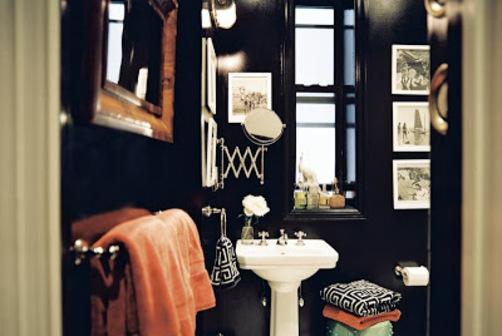 shiny black walls in bathroom - aHR0cCUzQSUyRiUyRjMuYnAuYmxvZ3Nwb3QuY29tJTJGLTZRZUhETmJDYW04JTJGVHY5aVNwXzRHOEklMkZBQUFBQUFBQWtKNCUyRnQyNHNMazJvOTBNJTJGczQwMCUyRkJsYWNrJTJCYmF0aHJvb20uanBn