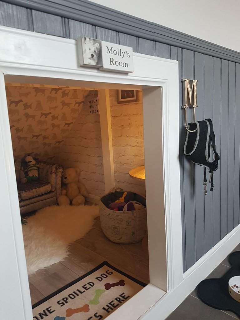 Who says under the stairs is just for storage, kids' play… or Harry Potter? Cats and dogs alike would love this little space, don't you think?