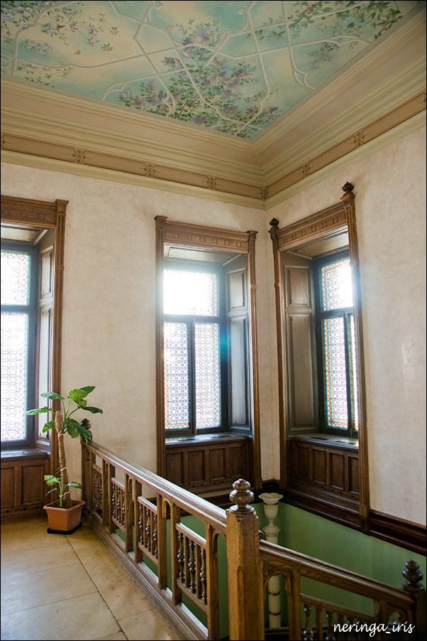 Расписной потолок в холле на втором этаже