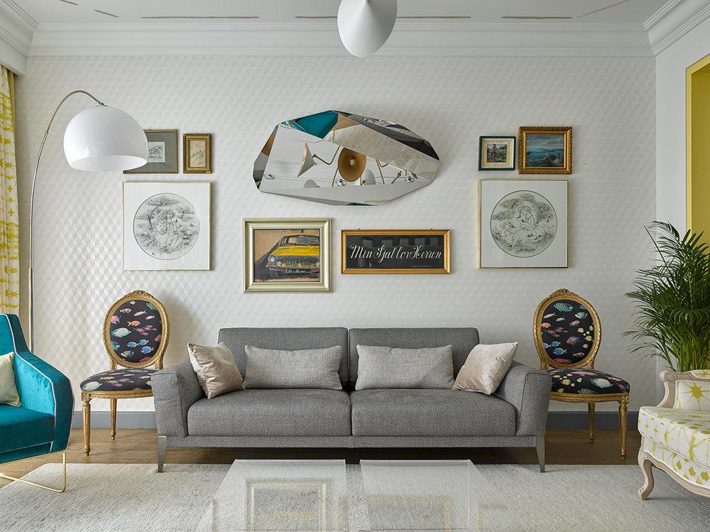 Интерьерквартирыв Юрмале построенна взаимодействии сочных цветов,современного искусства ивинтажной мебели, приобретенной во Франции и Прибалтике.В роли сервировочных столиков в гостиной – антикварные стулья в стилистике Людовика XVI, переобитые современной тканью