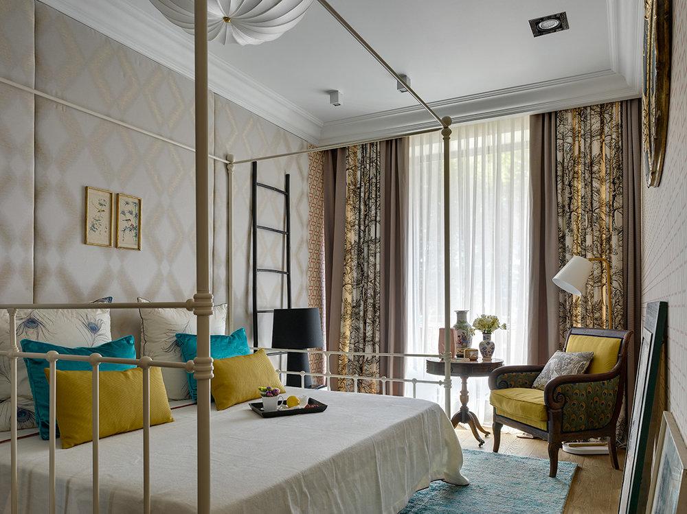 Кресло и столик для завтраков в спальнеприобретены в рижской антикварной лавке